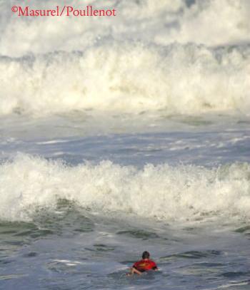 La répétition des canards et les longues sessions de rame peuvent favoriser la survenue de tendinites dans les régions des épaules et des coudes chez les surfeurs.