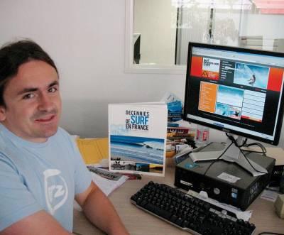 Le Dr Guillaume Barucq devant le site Internet Surf Prevention…et le tout dernier livre de Gibus de Soultrait ! (crédit photo: Olivier Bonnefon)