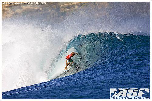Bobby Martinez surfe frontside sur les gauches de Padang Padang et d'Uluwatu.