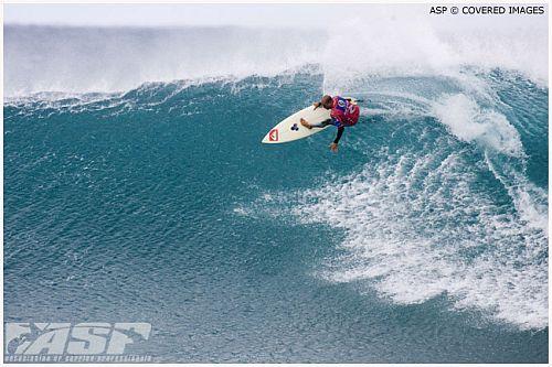 Kelly Slater surfe frontside à Jeffreys Bay.