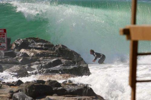 Collision: surfeur contre jetée