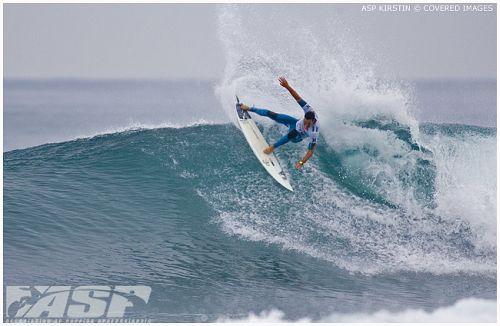 Jordy Smith doit pouvoir compter sur ses genoux pour assurer son surf radical.