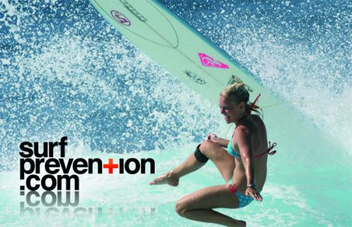 Logo Surf Prevention par Manu Cossu / Photo Aquashot. Surfeuse Coline Menard.