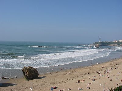 "The main beach in Biarritz ""la Grande Plage"" is not such a safe surfing spot when it's ultra crowded in summer. Copyright www.surf-prevention.com"