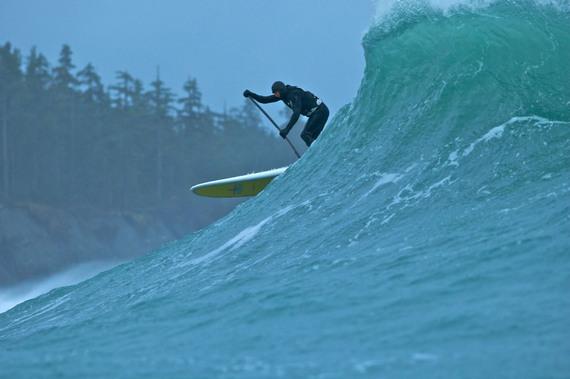Jamie Mitchell fait du SUP en Alaska. Copyright T. Harrington.