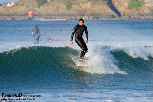 Quand Seb n'est pas en train de sauver une vie en Australie, il ride des vagues parfaites en Bretagne sur son longboard…Copyright Yannick.D Photographies.