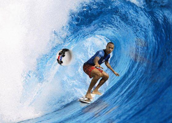Thierry Henri surfe la vague mais va être obligé de faire une main s'il veut attraper le ballon en restant sur la planche...