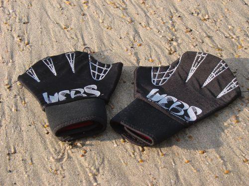 Pourquoi surfer avec des gants palmés ?