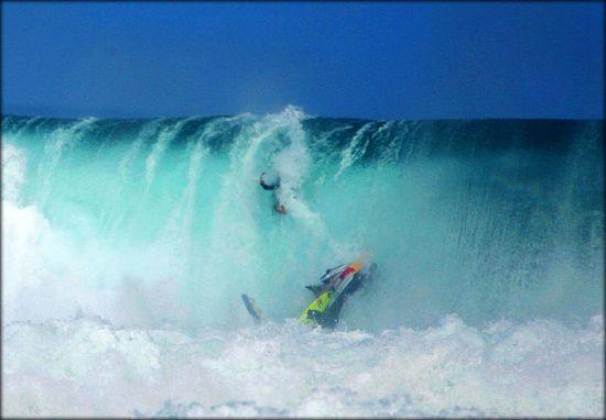 Collision surfeur contre jet ski évitée de justesse en tow-in