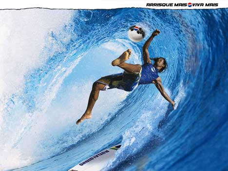 Ronaldinho surfe la vague en jouant au football dans la pub Pepsi surf
