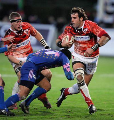 Jean-Baptiste Gobelet en action sur un terrain de rugby aux côtés d'Imanol Harinordoquy. Crédit photo : Jean Pierre Muller/AFP/Getty Images.
