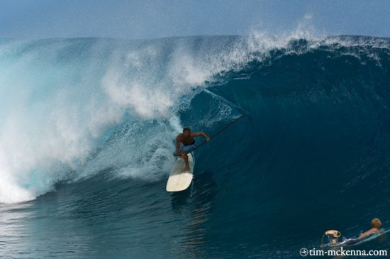 Laird se cale avec sa pagaie en tube backside à Teahupoo. Crédit photo : tim-mckenna.com