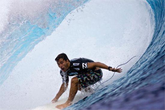 Aritz Aranburu bat Kelly Slater pendant le Billabong Tahiti Pro 2009.  Photo Kirstin Scholtz / ASP CI via Getty Images