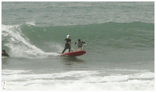 Boris Thouin utilisant un casque pour faire du stand-up paddle surf.
