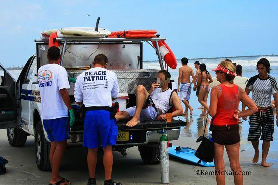 Premiers secours après l'attaque de requin d'un docteur de 49 ans victime d'une plaie du pied . Copyright KemMcNair.com