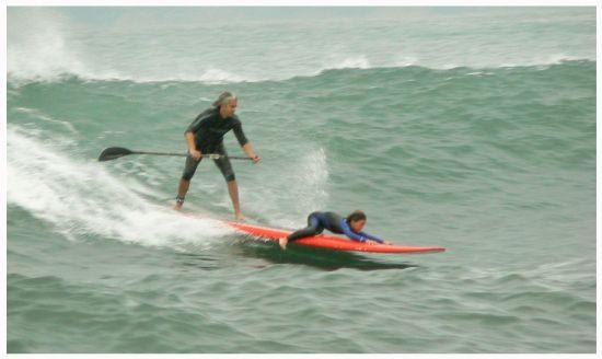 Boris et son fils Théo en tandem SUP surfing.