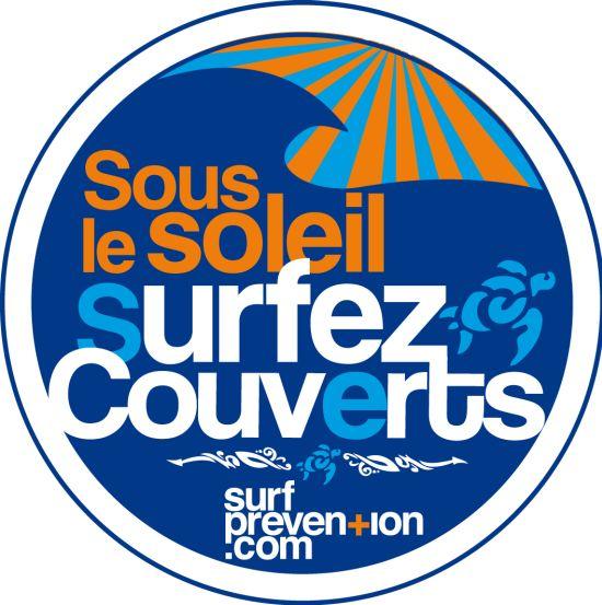 """Autocollant de prévention solaire pour les surfeurs """"Sous le soleil, surfez couverts"""" . Réalisation Christophe Lestage ."""