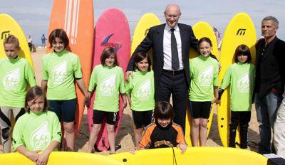 Bernard Laporte avec des membres de l'équipe de France junior de surf Crédit photo Hervé Hamon (MSJSVA)
