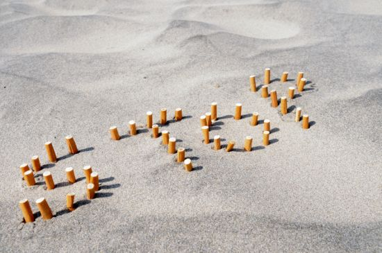 Mégots sur la plage : stop au tabagisme. Copyright iStockphotos.