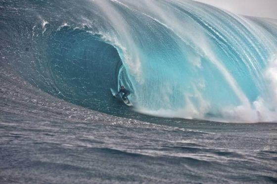 Le tube le plus énorme en surf, biggest tube riding by a surfer, le tube le plus fat par le surfeur Mark Matthews . Crédit Photo : O'Neill