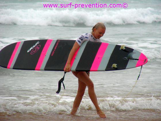 Photo de la longboardeuse Coline Menard à la sortie de l'eau.