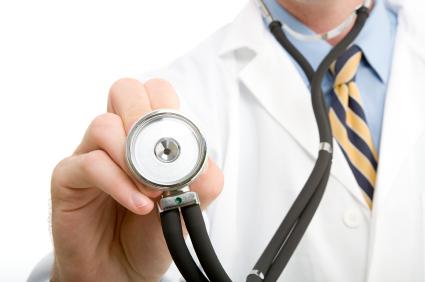 Médecin généraliste s'apprêtant à ausculter un patient atteint de grippe A. Copyright iStockphoto