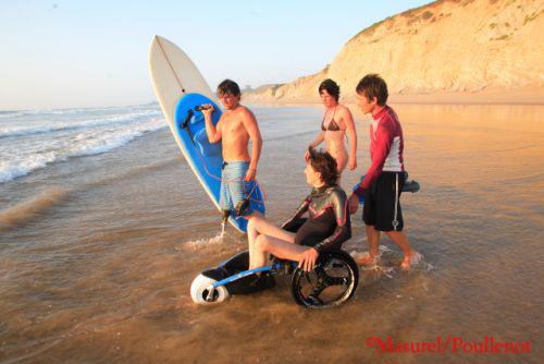 Les surfeurs handicapés de Vagdespoir avec Ismaël Guilliorit.