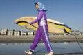 ** ARCHIV ** Sama Wareh posiert am 15. Feb. 2007 am Strand von Newport Beach, Kalifornien, in einem Schwimmanzug fuer muslimische Frauen. Auf den ersten Blick wirkt der Anzug nicht schwimmtauglich: Mit langen Aermeln und Beinen verhuellt der sogenannte Burkini die Schwimmerin komplett. Fuer glaeubige Musliminnen ist er allerdings das einzige Kleidungsstueck, mit dem sie sorglos ins Wasser gehen koennen. In Berliner Hallenbaedern wird der Burkini - eine Wortschoepfung aus Burka und Bikini - jetzt erstmals probeweise zugelassen.    (AP Photo/Chris Carlson)  ** zu unserem Korr **  ** FILE ** Sama Wareh walks along the sand dressed in swimwear designed for Muslim women Newport Beach, Calif., Thursday, Feb. 15, 2007.  Muslim girls and women are increasingly participating in athletic activities, especially as second and third generation children of immigrants grow up surrounded by American influences. But doing so requires them to overcome a seemingly large obstacle: Islam's traditional emphasis on modest dress.   (AP Photo/Chris Carlson)