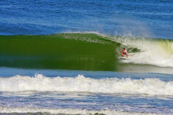 Joan Duru remporte le Lacanau Pro 2009 grâce à des tubes et des figures de surf radicales. Photo Aquashot