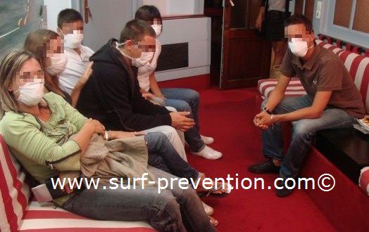 Salle d'attente d'un médecin généraliste avec des patients suspects de grippe A / H1N1 . Copyright Surf Prevention