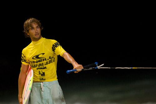 Romain Laulhe prêt à se faire tracter pendant le surf de nuit 2009 à Anglet. Copyright Aquashot