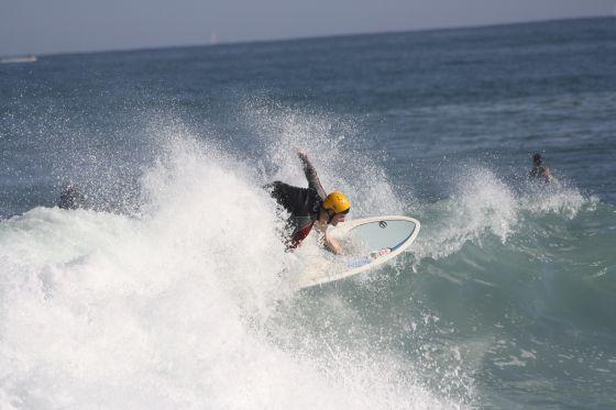 Boris Le Pladec surfe avec un casque