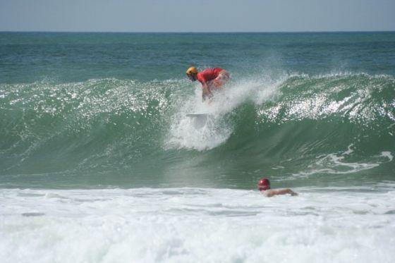 Il surfe avec un casque !
