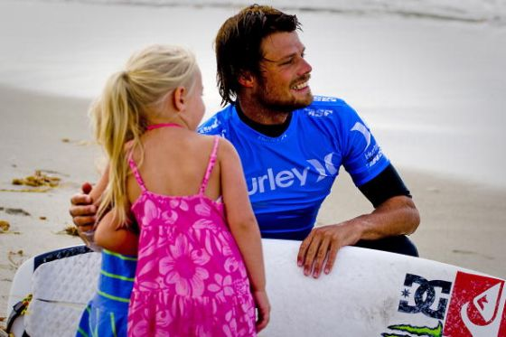 Dane Reynolds et une jeune fan au Hurley Pro 2009 (Photo by Kenny Morris/ASP/CI via Getty Images)