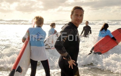 Eric Besson et des surfeurs de l'asso Surf Insertion Photo AFP Pierre Andrieu