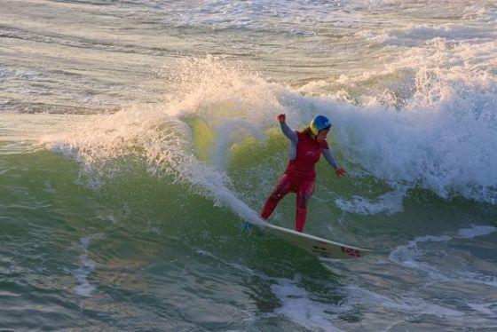 Gwen Spurlock surfe avec un casque après un grave accident de surf. Copyright Slide.