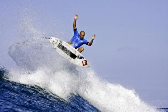Kelly Slater en aerial pendant le Hurley Pro 2009 (Photo by Sean Rowland/ASP/CI via Getty Images)