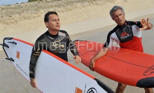 Le ministre Eric Besson checke le spot avant d'aller faire du surf. AFP PHOTO PIERRE ANDRIEU