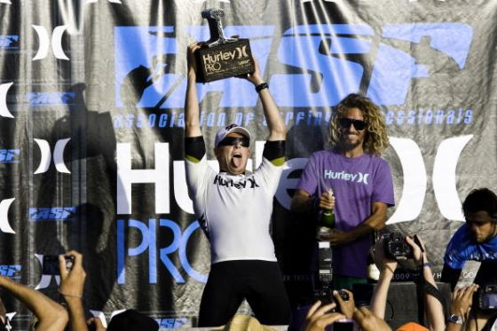 Mick Fanning et Rob Machado pendant la remise des prix du Hurley Pro 2009 (Photo by Sean Rowland/ASP/CI via Getty Images)
