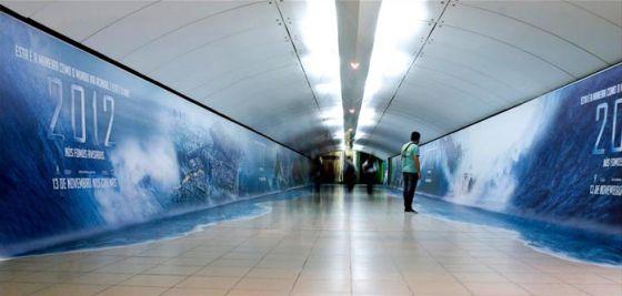 2012 affiche du film catastrophe sur la fin du monde dans le métro au Brésil