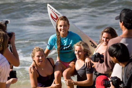 La surfeuse Alana Blanchard portée par ses amies Coco Ho et Leila Hurst après sa victoire au Vans Hawaiian Pro à Haleiwa Hawaii  Photo Kirstin-Scholtz ASP via Getty Images