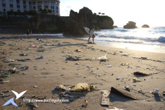 La Grande Plage de Biarritz jonchée de déchets et de pollution...Copyright Surfingulls.com
