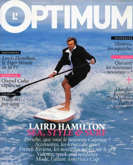 Laird Hamilton habillé en costard sur un stand-up paddle, surfeur en smoking, surfer in a man's suit en couverture du magazine Optimum