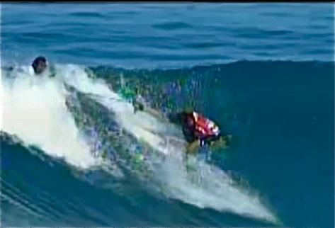 Le surfer Dean Morrison tire le leash de Damien Hobgood pendant leur quart de finales du Billabong Pipeline Masters