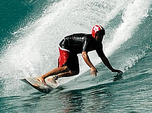 Liam-McNamara-surfing Pipeline with a Gath Helmet surfeur avec un casque à Pipe