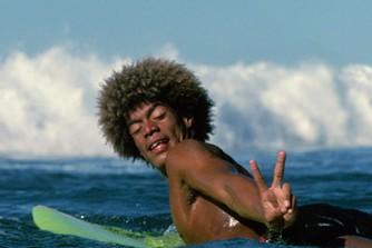 Buttons Kaluhiokalani le surfer avec sa coupe de cheveux afro