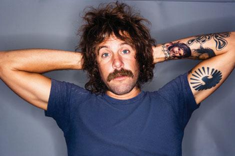 Donavon Frankenreiter, sa moustache, ses tatouages et sa coupe de cheveux improbable...