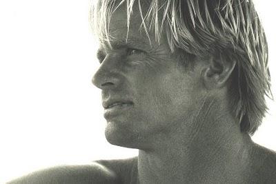 Le surfeur Laird Hamilton avec ses cheveux blonds pourrait faire  de la pub pour des marques de shampooing...