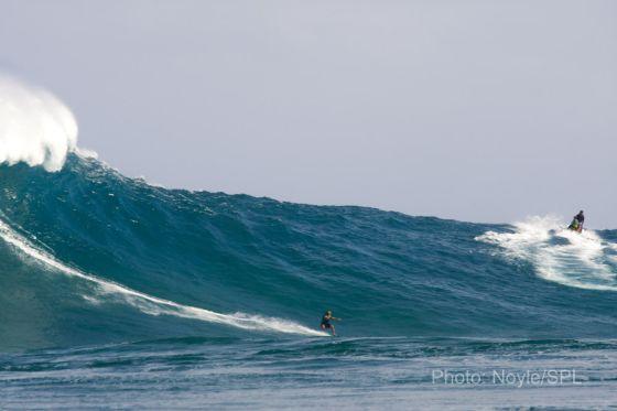 Le surfer Laird Hamilton part en gauche sur la vague de Jaws et est victime d'une blessure lors de cette session du lundi 11 janvier 2010 Big Monday at Jaws