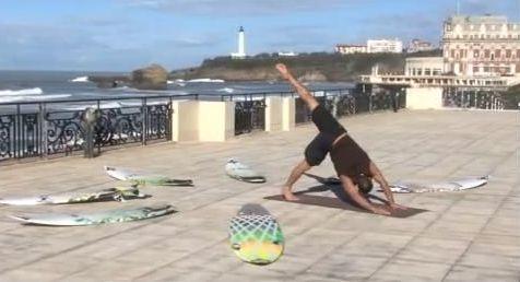 Patrick Beven fait du Yoga pour se préparer à surfer